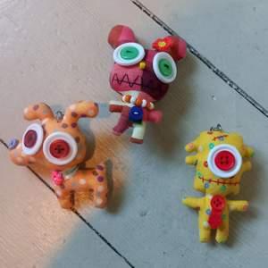 Jättesöta små dockor. Går att sätta på en nyckelring eller nåt. Dem är ganska små, typ en handflata. Här ligger dem bara och skräpar så nån annan kanske skulle få användning för dem :) (alla dockor ingår) BETALNINGSMETOD: SWISH.