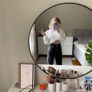 Svarta jeans från ginatricot!! Modellen heter paperbag min jeans tror jag👽👽resår i midjan!! Jättefint skick använd jättelite då jag normalt har 34 så dessa är för stora..
