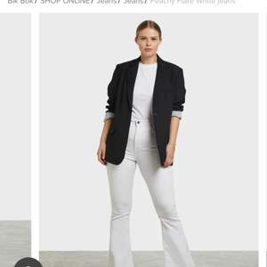 Säljer ett par bootcut jeans från Bik Bok i storlek 36. Jättefina till sommaren men passar tyvärr inte mig. Använda vid ett tillfälle. Nypris 599kr💕