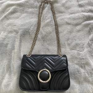 Svart liten väska från ur & Penn. Man kan reglera kedjorna och ha den på ena axeln eller som en längre väska tvärs över. Frakt tillkommer💙💙