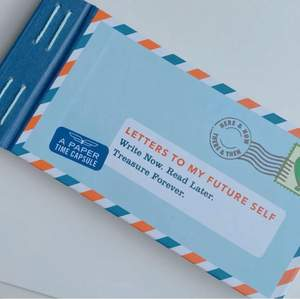 """säljer en helt oanvänd """"skriv brev till ditt framtida jag""""-bok som jag köpte i london för något år sedan när ajg kände mig ✨inspirerarad✨ att ta tag i mitt liv 🤪 kom aldrig till användning så nu är den här 😬  12 brev + klistermärlen! 💖"""