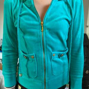 Mammas gamla juicy couture zip up hoodie från 20's. Ovanlig och härlig färg och mycket bekväm. Buda!