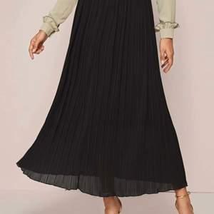 En helt ny kjol aldrig använt. Storlek S. Säljer för den var för lång enligt mig. Svart lång kjol från SHEIN. 190kr från SHEIN men säljer för 110kr. Köparen står för frakten.