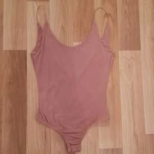 En jätte fin nude färgad body från Ginatrico! Knappt anvånd och är i ett fint skick💗 Köparen står för frakten!