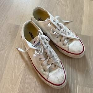 Vita låga Converse! Använda en del, men om de tvättas i tvättmaskinen är de som nya! Frakt ingår