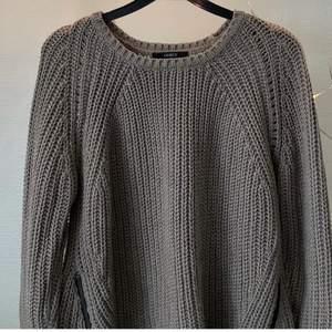 Stickad tröja från Lindex, dragkedjor vid höfterna, fråga för fler bilder Använd men bra skick 30kr + frakt