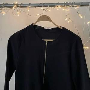 Svart blus/ tröja med 3/4 ärmar  Använd ca 5 ggr 30kr + frakt