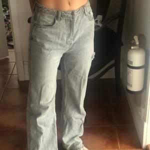 Mina all time favorite jeans från bershka, gråa baggy med ett hål på sidan. Jag är 165 och tror de sitter lite oversized på någon upp till 170 (spekulerar!! ingen aning). Säljer för att de är lite för stora för mig, strl 36