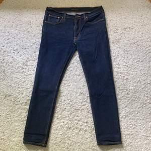 Ett par fina jeans från Nudie Jeans CO, i mycket bra skick. De är i storleken 34/32. Jag säljer de för 850kr + frakt, pris kan diskuteras genom att kontakta mig. (Jag säljer åt någon annan)