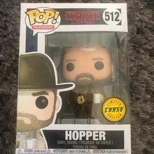 Hopper från Stranger Things. Försöker sälja alla mina pop funko figurer har en massa. Har bara stått i mitt rum i några år.