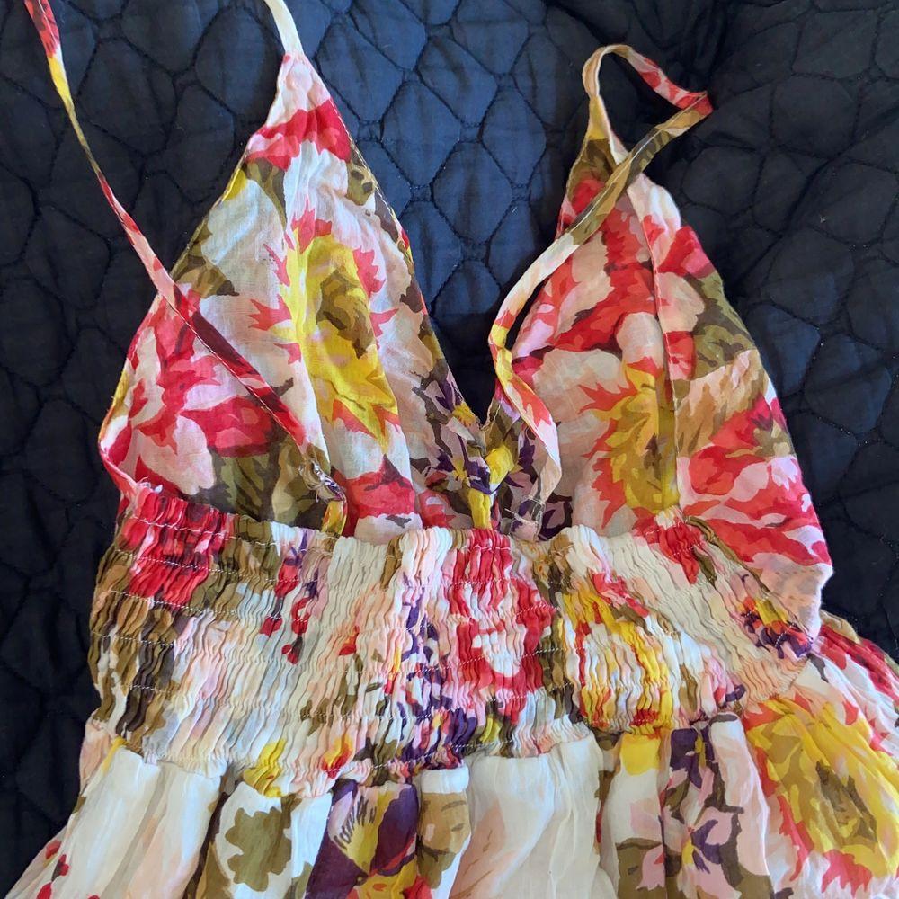 Blommig långklänning  från H&M. Storlek S och gör ner till fötterna på mig som är 170 cm💗💖🥰. Klänningar.