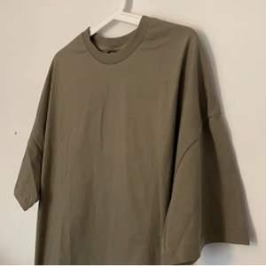 Säljer min super snygga oversize T-shirt passar alla storlekar  buda