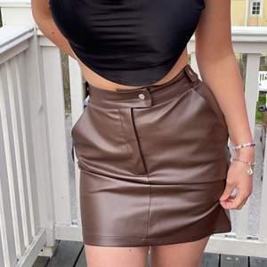 Säljer min finaaa bruna skin kjol från nakd😋 Väldigt bra skick, knappt använd!
