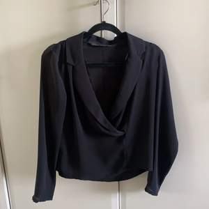 Säljer denna jättefina blus/kavaj från Zara. Den är så fin men är tyvärr för liten. (Buda gärna annars)