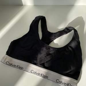 Calvin Klein bh i fint skick, förutom några märken ifrån blekning som knappt syns (se bild 2)🌸
