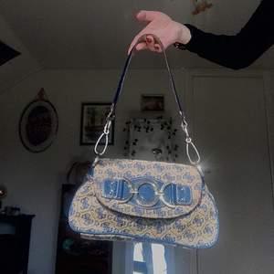 Säljer denna dina vintage Guess väska som tyvärr inte kommer till användning. Väskan är i en väldigt fin skick med några syn på användning. Budgivning på varan!❤️