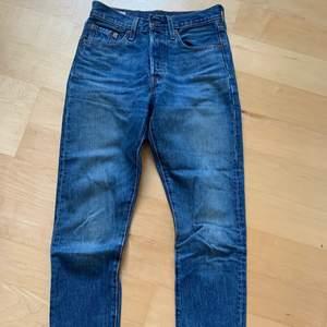 Säljer mina jättefina Levi's jeans som är alldeles för små. Modell 501 Skinny. W25 & L30. Ordinarie pris var 1350kr, säljer de för 400kr + frakt! 💞