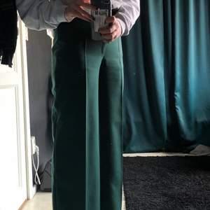 Jätte sköna byxor i en mörkgrön färg, läng c 105cm. Skulle säga att dem är i storlek 32/34