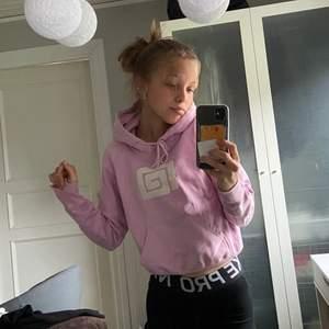 Säljer denna välanvända hoodien från Emma E i en sjukt härlig rosa färg💞 den är väldigt skön och har lite slitningar på ena ärmen, men jag brukar vika in mudden bara! Köpare står för frakt!