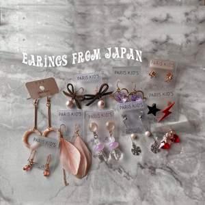 Säljer dessa örhängen som jag köpte i Japan, Harajuku, eftersom jag inte har hål i öronen (😅) trodde jag skulle ta hål, men det har inte blivit av och kommer inte bli av 🥺 De flesta par kostar 40:-, men de lila med hjärtan vill jag ha 70:- för ✨ Skriv vid frågor, har fler bilder med 💗