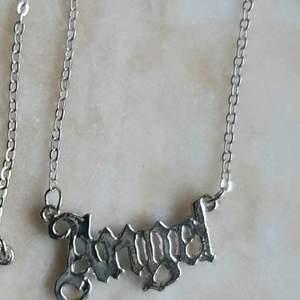 Coolt å trendigt halsband med texten angel! 😇 Oanvänt. Kedjan är typ 40 cm! Frakt tillkommer med 12 kr ✨