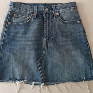 Intressekoll på min fina Levi's jeanskjolen. Superbra skick, som ny! 💗 Säljer pga lite för stor. Skriv om ni är intresserade så jag vet 😁