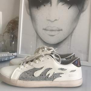 Säljer dessa helt oanvända och slutsålda skor från le temps de cerise! De är i storlek 40/41 och är somsagt helt oanvände då de tyvärr var för stora för mig💗budgivning om många är intresserade🤩👊🏿💞