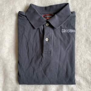 Kappa skjot t-shirt i storlek M, fint skick. Frakt tillkommer på 45kr.