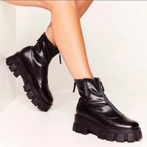 Chunky skor från Nastygal. Endast använda 1 gång, dvs fint skick! Köptes för 900kr. Kan mötas upp i centrala Göteborg, annars står köparen för fraktkostnaden 📬