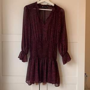Superfin slutsåld klänning från zara, endast använd 3 gånger därmed nyskick!💕 de är även väldigt fint att ha en tjocktröja över så att de blir som en kjol! Passar året om!💕💕💕