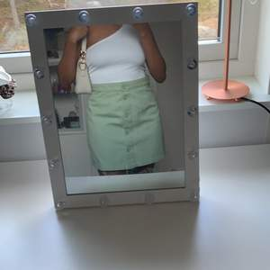En väldigt fin pastell grön kjol. Köpt nu i vintras och har aldrig använts bara testats. Storlek 40. Första bilden speglar färgen och passformen bäst