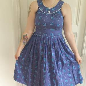 Blåblommig Rockabilly klänning med vackra detaljer