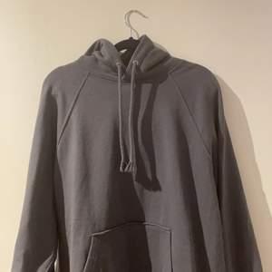 En jättefin grå huvtröja! Den är väldigt mysig men säljer pågrund av att jag har för många huvtröjor!! Buda gärna eller köp direkt för 100kr. 💓                                                      ⚠️KÖPAREN STÅR FÖR FRAKT ❗️❗️