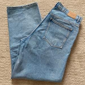 Säljer dessa sparsamt använda jeans från weekday. Säljer pga att de ej passar mig. Det är modell rail, högmidja, lösa och vid/raka ben. Storlek W33/L32.