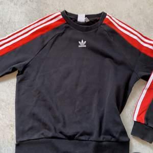 En jätte fin adidas tröja med röda armar. Jag säljer för att den är för liten för mig. Men den är jätte vacker 🤩