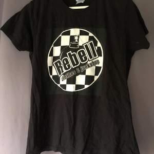 T shirt med coolt tryck från rebellclothes.se