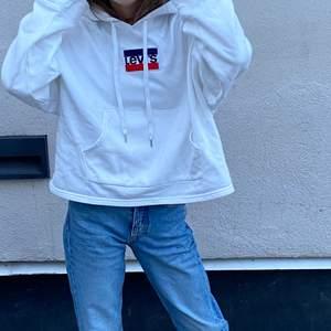 En HM hoodie med levis tryck🤍 Använd fåtal gånger och är i bra skick