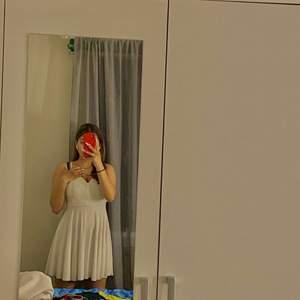 Jättefin klänning med kors i ryggen använt 1 gång säljer den för 180 kr. Känner att den behöver mer användning för en sån fin klänning, Frakt står man för själv❤️
