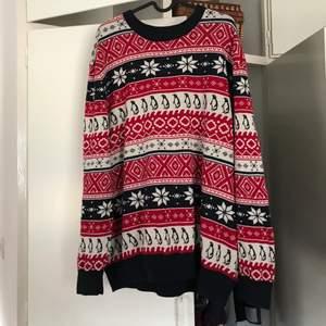 En jättemysig jultröja i rött och blått. Köpt på H&M i storlek XL. Använd ett antal gånger. Säljer för 100kr + frakt❤️