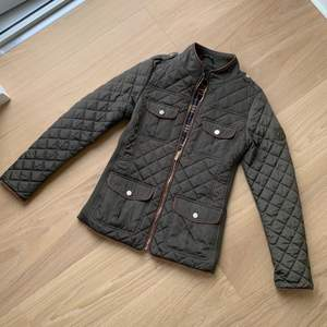 Säljer den här quiltade Hollies jackan i storlek 36. Nypris 1500, säljer den för 500 + frakt 66. Perfekt skick 💚