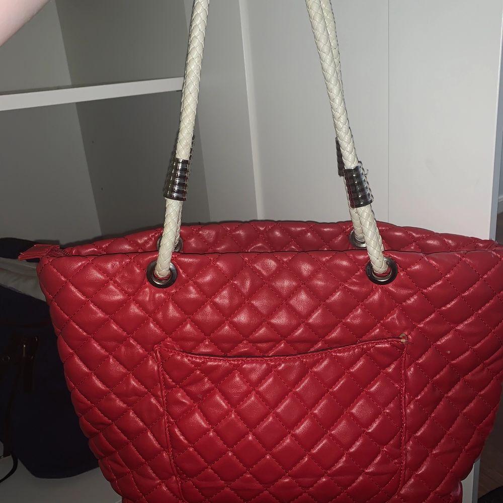 Fin röd väska som tyvärr inte kommit till användning på några år endast legat i garderoben och därför känner jag att den behöver ett nytt hem där den används ☺️. Väskor.