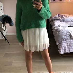 Jättesnygg vit kjol. Kontakta mig för frågor köparen står för frakten❤️