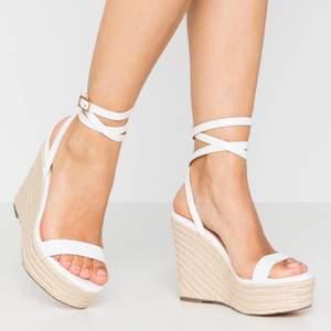 Ett par sandaler från Even&Odd i vit läder. Endast använt en gång.   Storlek: 36 Färg: Vit Klackhöjd: 11,5cm Platåhöjd: 4,5cm