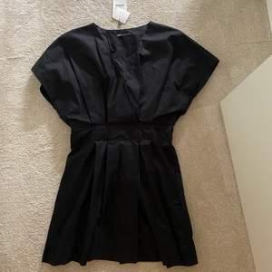 En svart fin klänning från Zara köpt i julas. Aldrig använd och prislapp kvar!