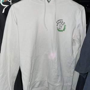 väl använd Snoopy hoodie från HM 💞 smått utsliten men annars inget mer! mer bilder kan skickas i DM 💞 frakten står köparen för 💞