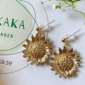 Blommor örhängen i nyskick, oanvända, S925, 65kr inklusive frakt 🙌🏻🌻följ min Instagram för 2kr rabatt 😉 @kakaka.se