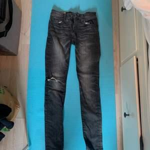 Ett par grå lågmidjade jeans med ett hål i knät. Sitter lite skinny men löst i benen på mig liksom! Använder intr