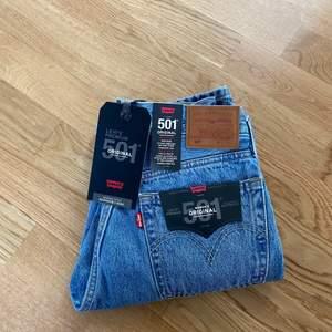 Säljer mina helt nya levi's jeans i modellen 501. Jeansen är oanvända, säljer då dem är i fel storlek. Prislappen kvar. Om det är flera intresserade är det högsta bud. Kom privat för fler bilder. Frakt ingår inte💕