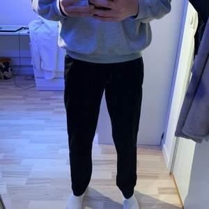 Svarta kostymbyxor från H&M i storlek eur 50. Riktigt sköna och snygga byxor!! Byxorna är i bra skick och har inte använts mycket!!
