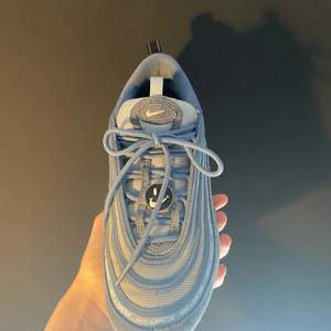 """Snyggaste skorna men dom är för små. De är i storlek 38/39 och jag har 40/41. De är använda några gånger och har knappt några fel. Ni kan skriva till mig om ni vill ha bild på """"felen"""". Nypriset ligger på ca 3000kr. Men säljer mina för bara 800. Buda i chatten<3"""